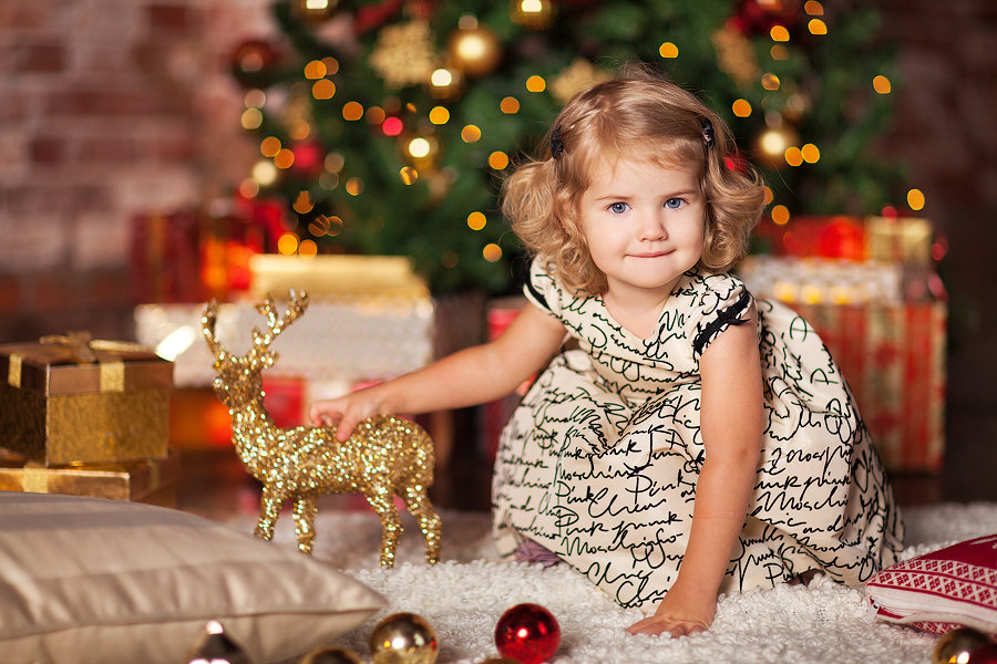 Маленькая девочка в новогодней фотозоне