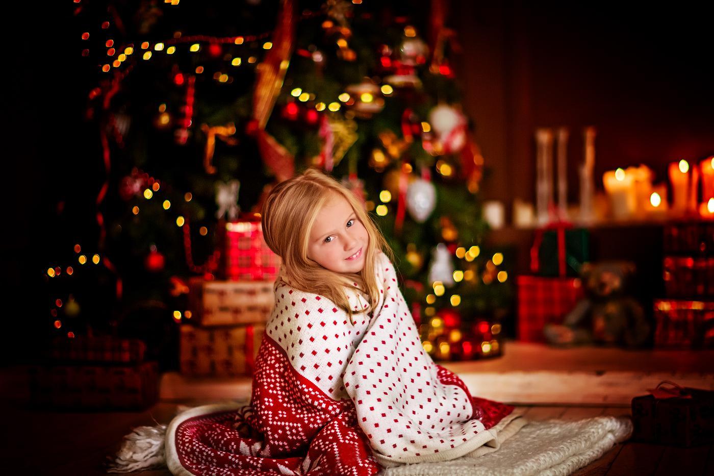 Девочка в новогодней фотозоне