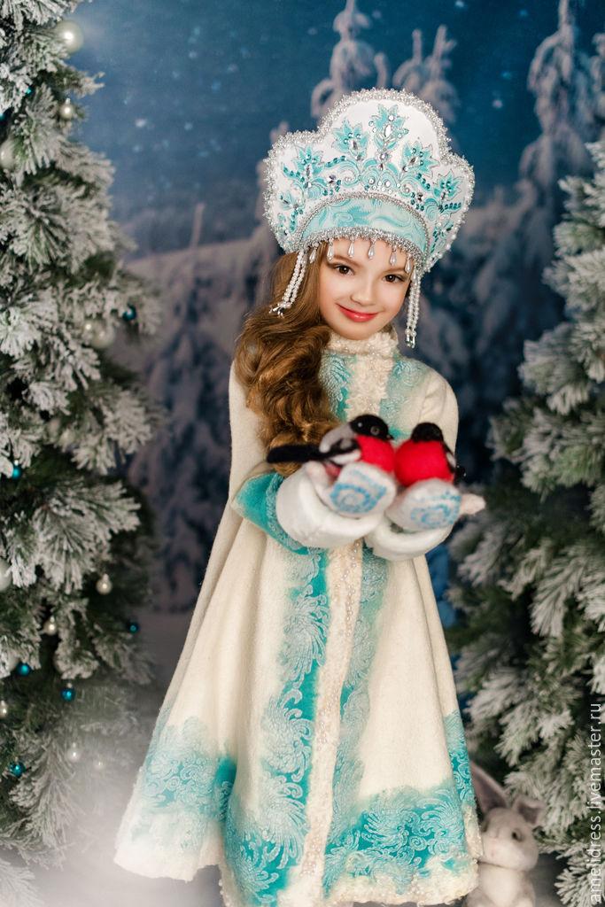 Девочка в костюме Снегурочки