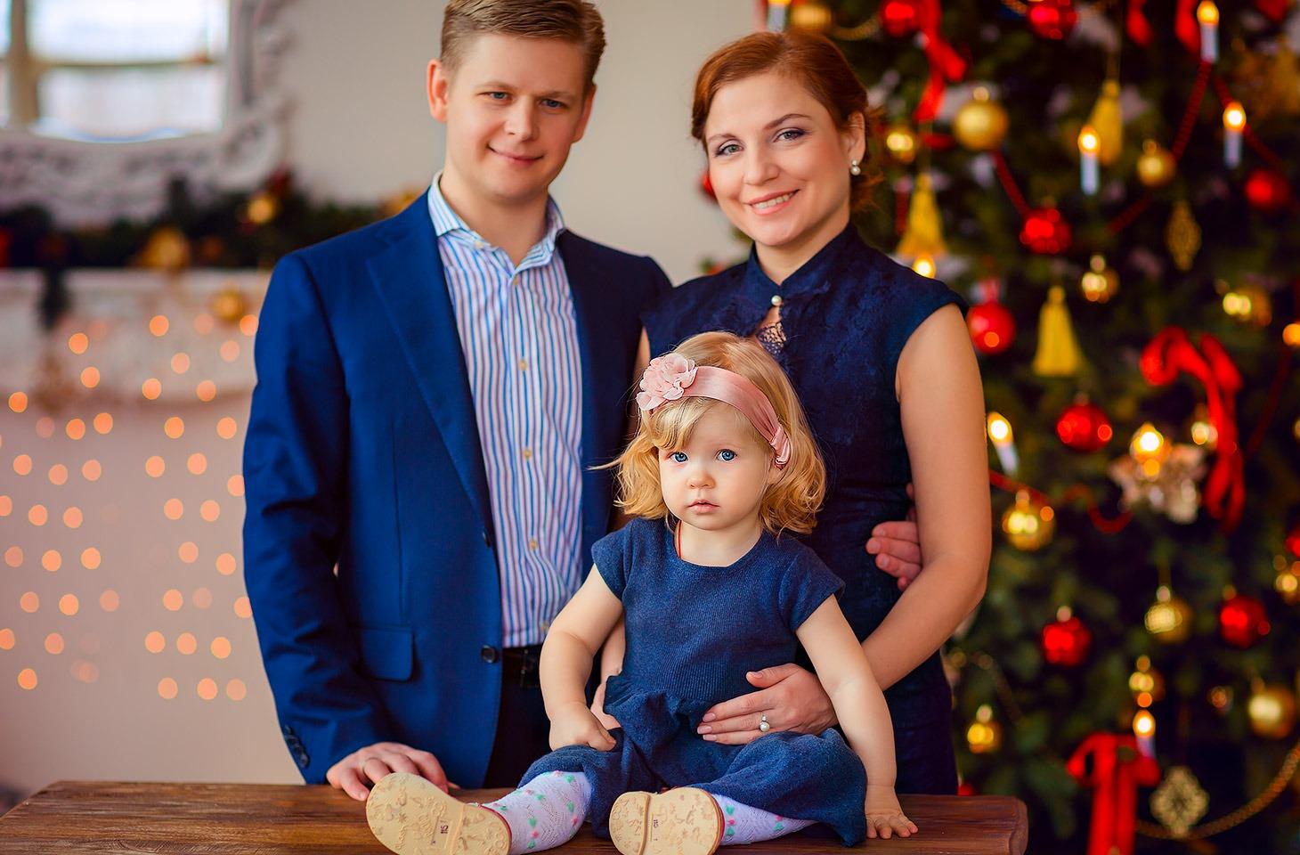 Нарядная семья на фотосессии