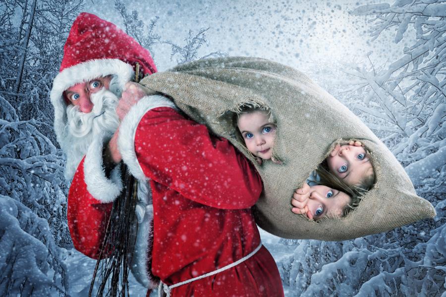 Дети в новогоднем мешке