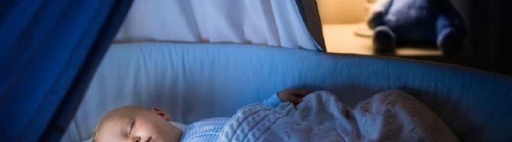 Многие родители не знают, как безболезненно приучить малыша спать в своей кроватке