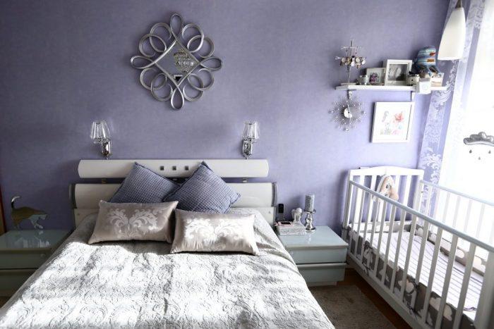 Детская кровать отделена от взрослой тумбочкой