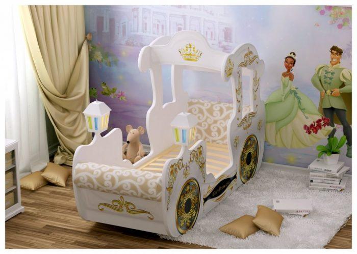 Детская кроватка в виде кареты принцессы, фотообои с прицем и принцессой, пушистый белый коврик на полу