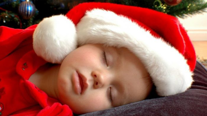 Ребёнок спит под ёлкой