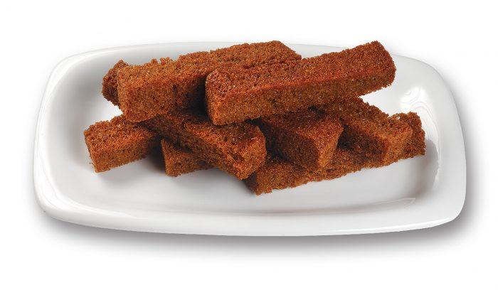 Ржаные сухарики на тарелке