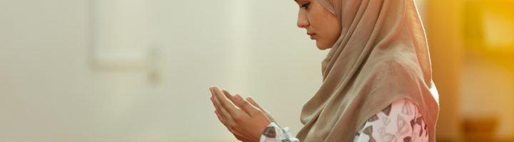Женщина мусульманка молится