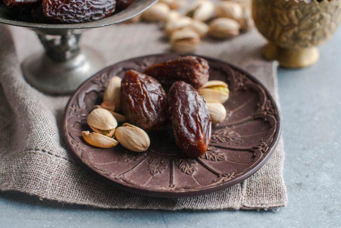 Финики и орехи на тарелке