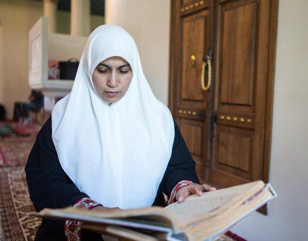 Женщина читает Коран