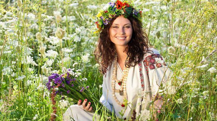 Женщина с букетом полевых цветов