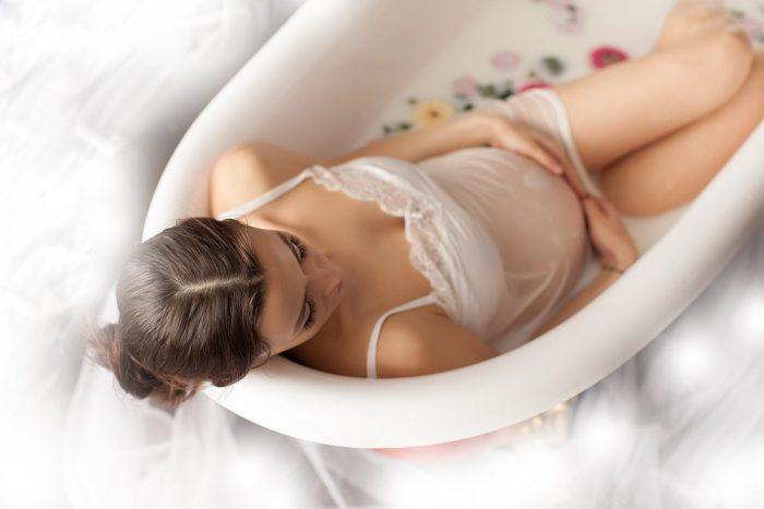 Беременная сидит в ванне