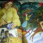 Разворот книги «Приключения Новогодних игрушек», на котором изображена девочка, раскрашивающая ёлочный шар