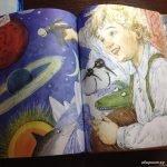 Разворот книги «Приключения Новогодних игрушек», на котором изображён мальчик, держащий в руке ослика