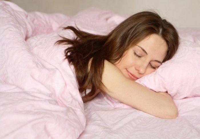 девушка лежит с закрытыми глазами