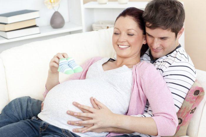 Мужчина обнимает беременную женщину