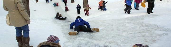 дети на горке зимой