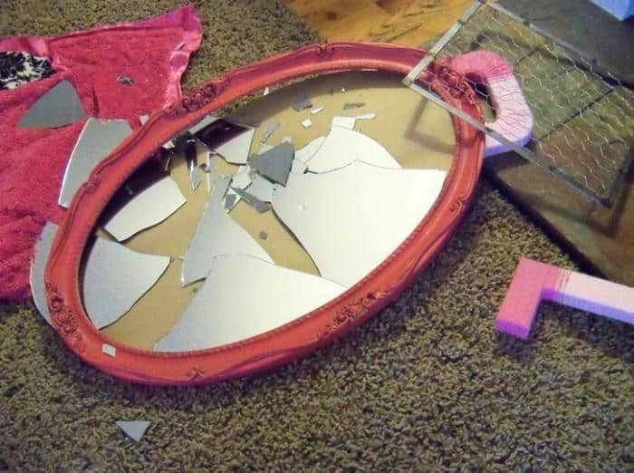 Разбитое зеркало на полу
