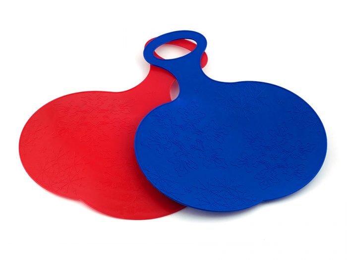 красная и синяя пластиковые ледянки