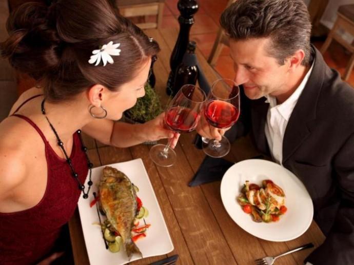 женщина и мужчина ужинают