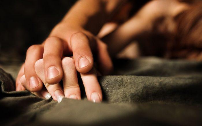 руки на одеяле