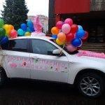 Машина на выписку с шарами и наклейками