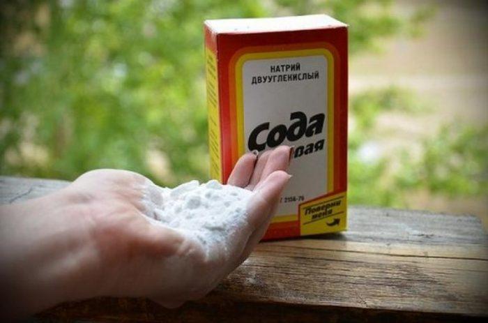 Сода в руках человека