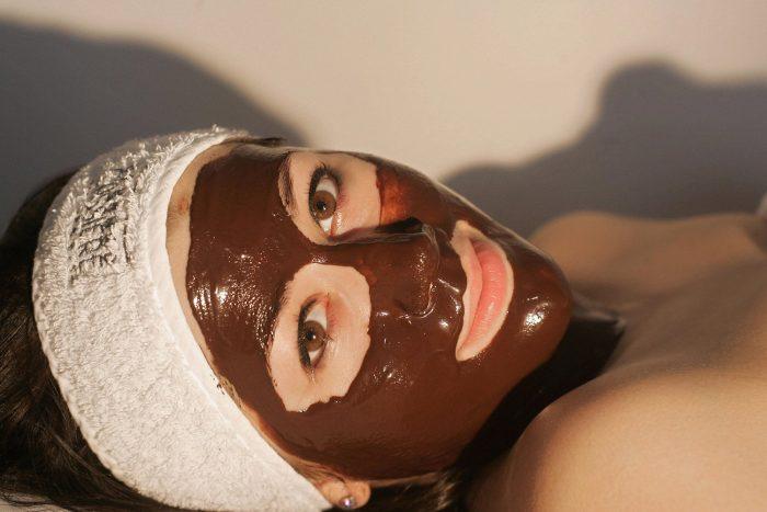 У женщины на лице маска из какао