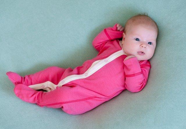 Грудной ребёнок в термобелье — комбинезон бело-розового цвета на пуговицах
