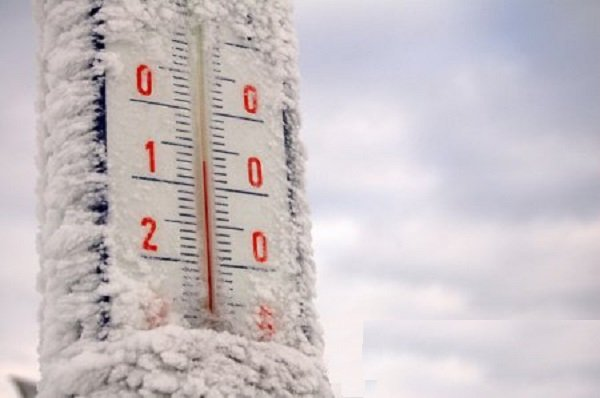 На заснеженном термометре температура -12 °С