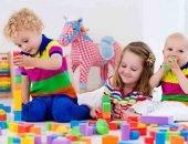 ребёнок среди игрушек