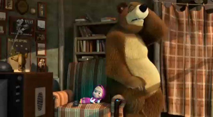 Маша не даёт медведю смотреть телевизор, развалилась в его кресле