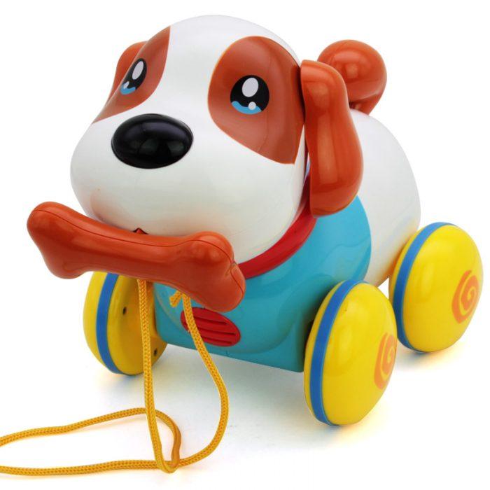 пластмассовая собачка с костью во рту на верёвке