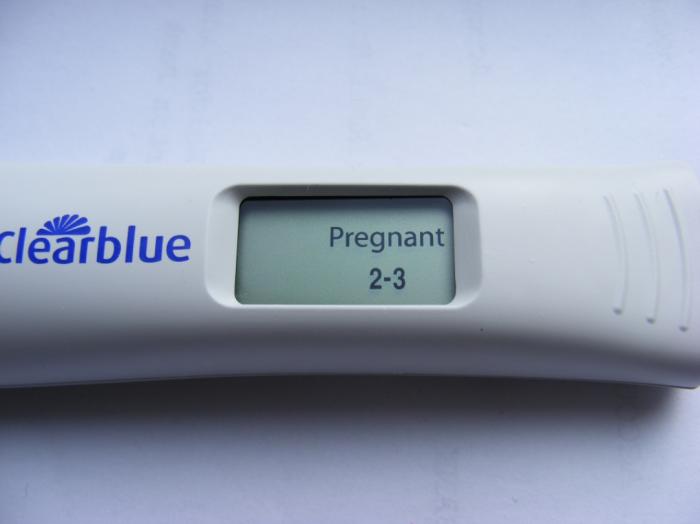 Белый тест с синей надписью и дисплеем