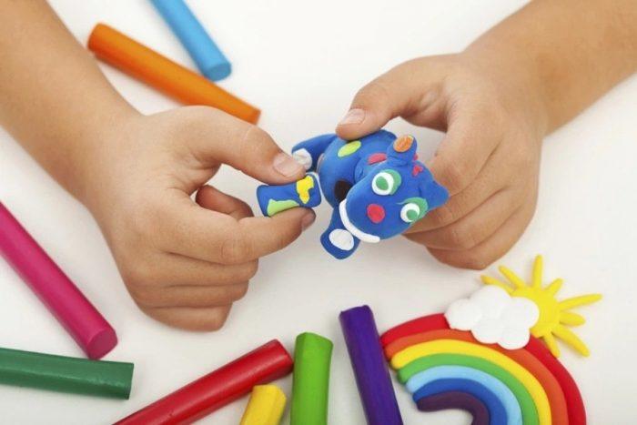 детские ручки с коровой из пластилина