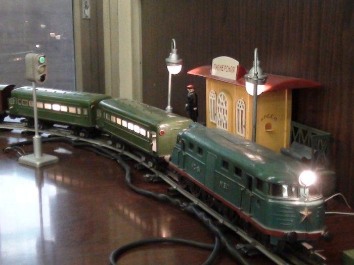 игрушечная железная дорога с поездом и станцией