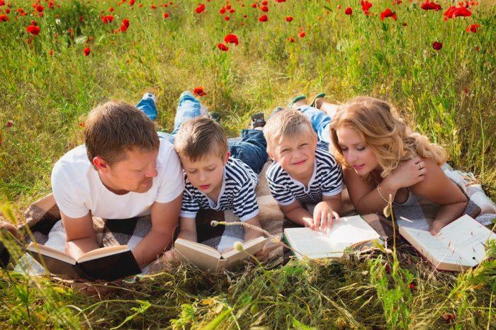 Семья читает