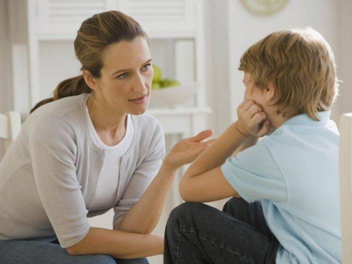 мать и мальчик сидят напротив друг друга