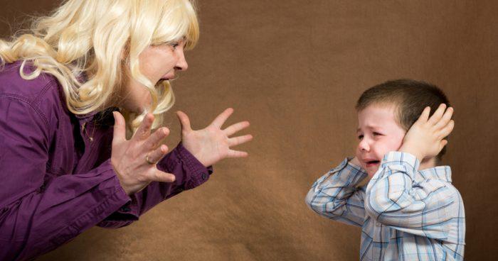 женщина кричит на плачущего мальчика