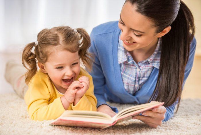 Мама читает дочке книжку