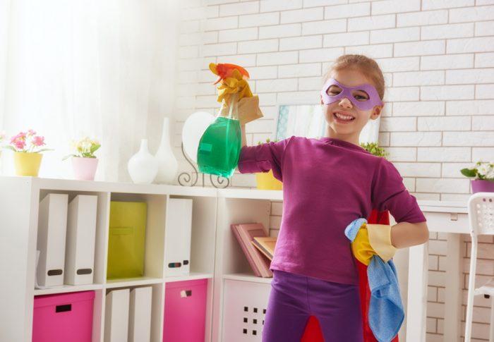 Девочка в маске убирает в комнате