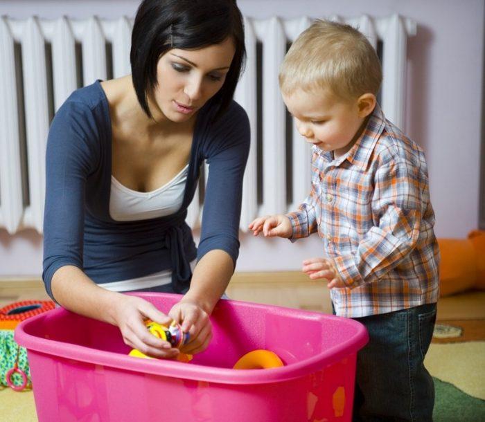 Мама с ребёнком убирают игрушки