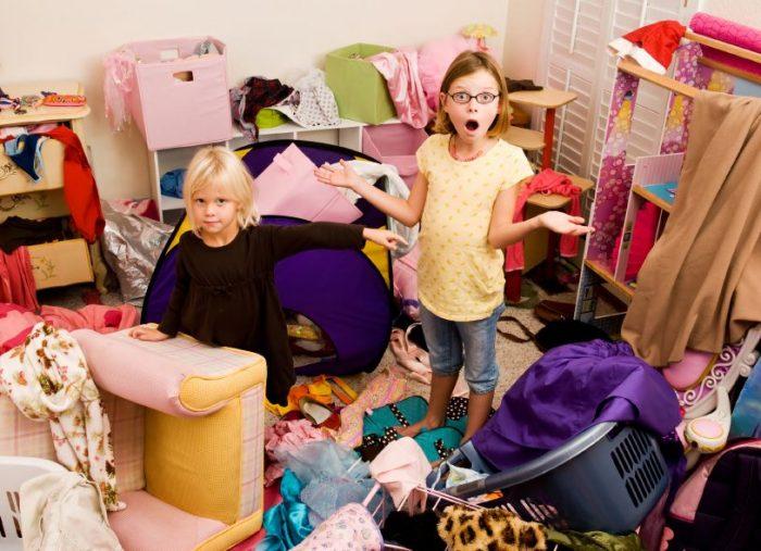 Две девочки в захламлённой комнате
