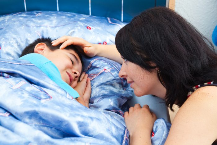 мама укладывает сына спать