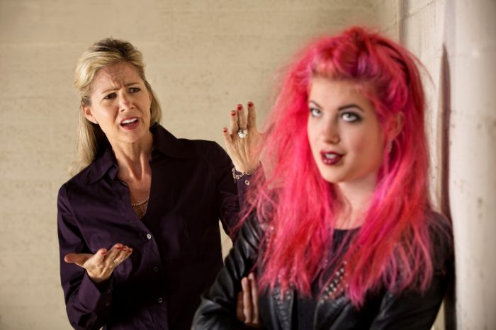 мама с ужасом смотрит на дочь с ярко-розовой шевелюрой