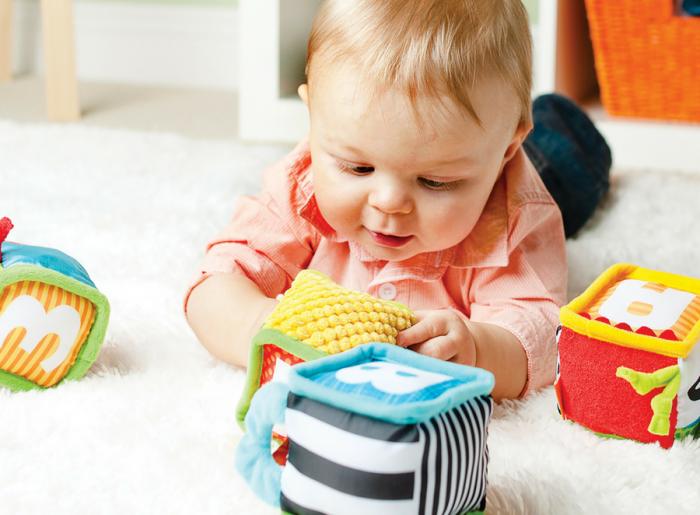ребёнок играет с мягкими кубиками
