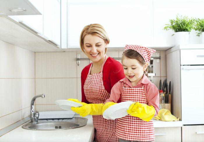 Мама и дочка вместе моют посуду