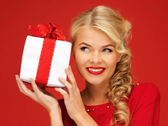 Женщина с подарком