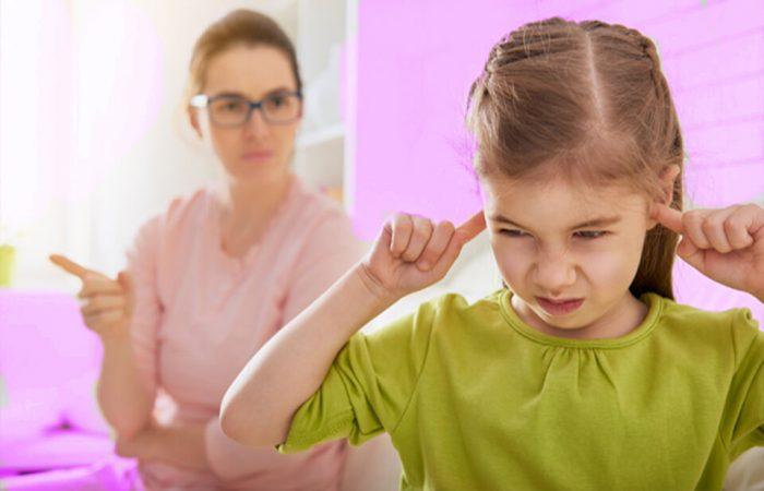 Девочка заткнула уши