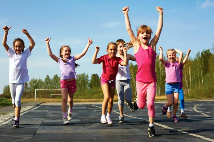 группа детей бежит, подняв руки вверх