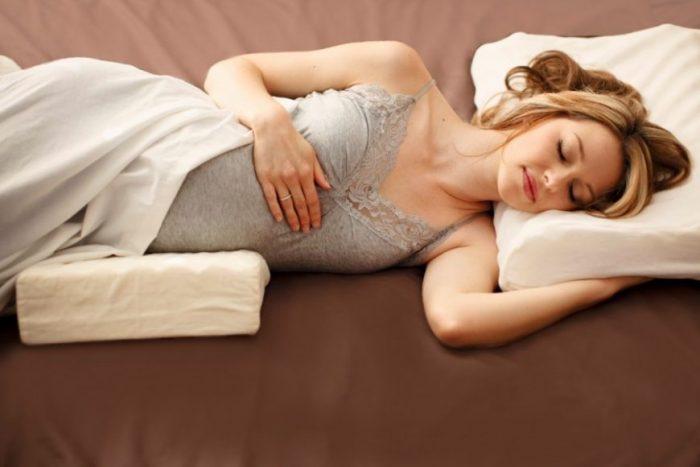 Беременная женщина спит